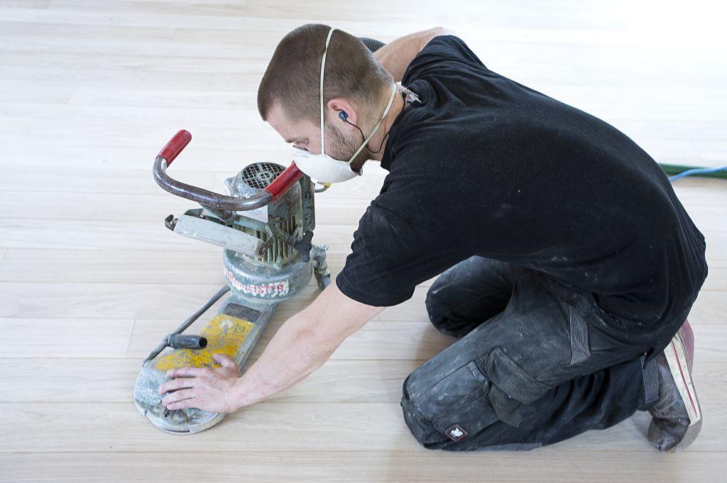 visgraat vloer schuren met kantenschuurmachine
